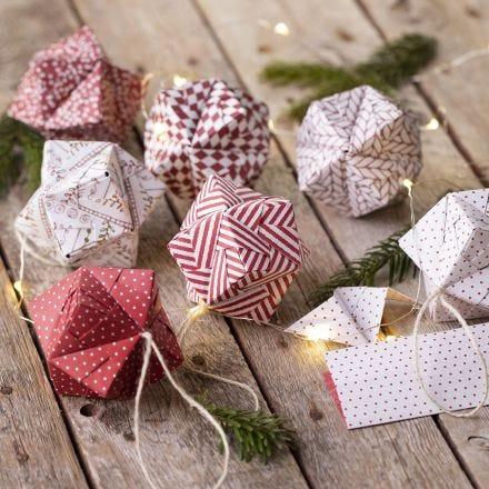 Una bola de Navidad de origami doblada de papel de origami