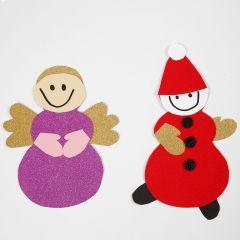 Un ángel y un duendecillo hecho con una plantilla y materiales de un kit de decoración de Navidad