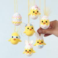 Pollitos de Pascua hechos de huevos de poliestireno y Silk Clay