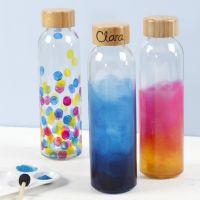Una botella de agua decorada con pintura de vidrio