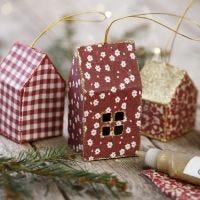 Una tarjeta y tela casa de Navidad decorada con brillo para colgando