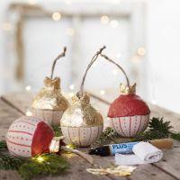 Una bola de Navidad de madera con hoja de metal de imitación de oro