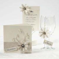 Tarjetas color crema con flores de papel vegetal