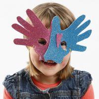 Una máscara de Goma Eva hecha con manos