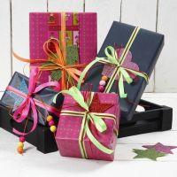 Papel de regalo con cinta neón y espuma foam con purpurina