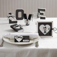 Postales y decoraciones de mesa con corazones y recién casados