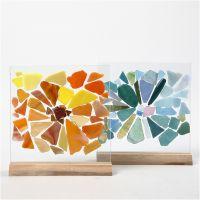 Fragmentos de mosaico de cristal sobre platos de cristal