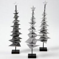 Un árbol de Navidad hecho de papel decorado en un palo con un soporte