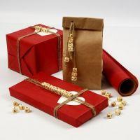 Envoltorio de regalo con cuentas de madera con letras en cordón natural