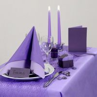 Inspiración para fiestas con decoración de mesa violeta.