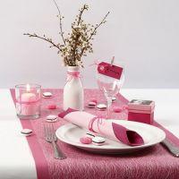 Una mesa decorada en tonos Rosa, Rosado y blanco