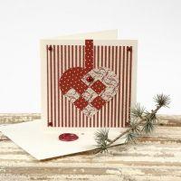 Postal navideña con papel estampado y sobre sellado