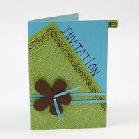 Postal con tela rejada y flor sobre cinta satinada
