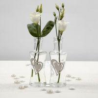 Jarrón de cristal con corazón de madera atado con cinta satinada
