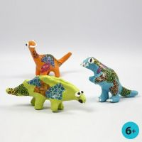 Dinosaurios de papel maché pintados y decorados con papel de decoupage