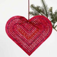 Corazón de cartulina pintado y bordado