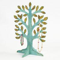 Árbol con detalles pintados y pirograbados