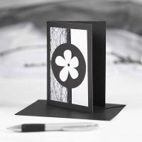 Postal negra con decoraciones en blanco y negro