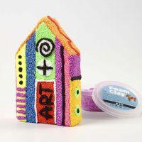 Una casa de Papier-Mâché cubierta con Foam Clay en patrones imaginativos