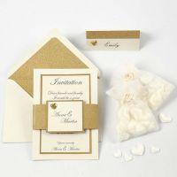 Invitación y porta nombre en blanco y dorado