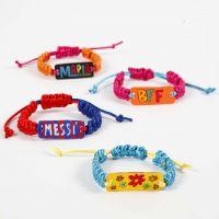Una pulsera con colgantes decorados con Shrink Plastic