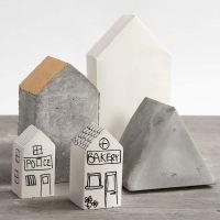 Casas de yeso en moldes doblados