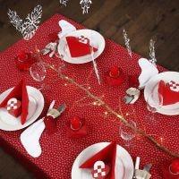 Decorar una mesa navideña en rojo y blanco