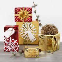 Envolver regalos con papel metálico y decoraciones brillantes