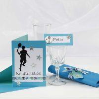Invitaciones y decoración de mesa turquesa para una fiesta de confirmación