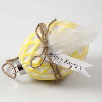Huevo de cerámica pintado y decorado con hilo natural y plumas