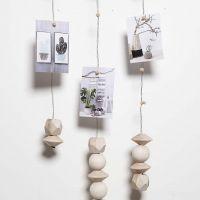 Móvil hecho con alambre floral e imán para colgar fotos