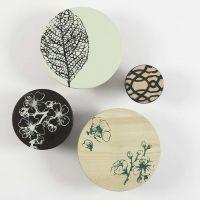 Colgadores de madera pintados con plantillas