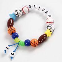 Pulsera hecha con cuerda elástica de colores y cuentas de letras