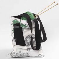 Una bolsa con asa larga y bolsillo frontal