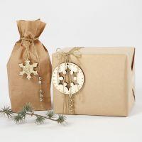 Envolver regalos con decoraciones doradas