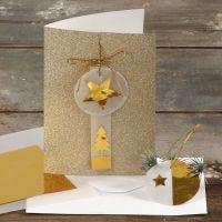 Postal con purpurina y decorada usando papeles dorados y aterciopelados