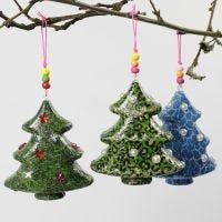 Árbol de Navidad con decoupage y decoraciones