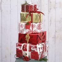 Envoltorio de regalos de Navidad con papel de regalo y decoraciones de Vivi Gade