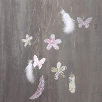 Decoraciones colgantes con plumas y elementos troquelados