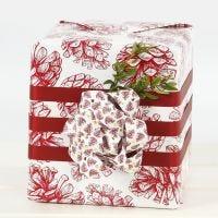 Decorar un regalo con un gran lazo hecho de tiras de papel para estrellas