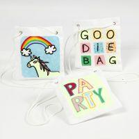 Una bolsita decorada con diseños de papel de transferencia dibujados con rotuladores textiles