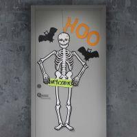 Puerta de Halloween decorada con esqueleto y murciélagos