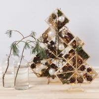 Árboles de Navidad decorados con adornos de Navidad, piñas, piceas y luces
