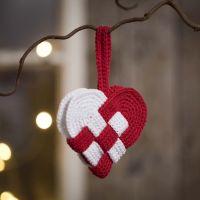 Una cesta tejida de corazones de Navidad de hilados de algodón rojo y blanco