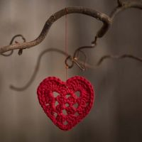 Un pequeño corazón de ganchillo de hilo de algodón