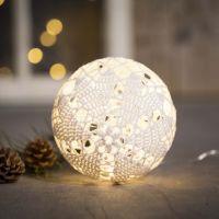 Un adorno navideño iluminado de hilo de algodón