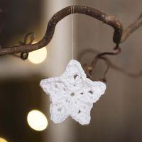 Una pequeña estrella de ganchillo de hilo de algodón