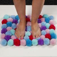 Una alfombra suave hecha de Pom-poms