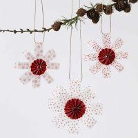 Decoraciones colgantes de Vellum Paper Star Strips decoradas con una roseta en el medio y purpurina
