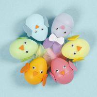 Un conejito de Pascua y pollito con un huevo decorado con Goma Eva.